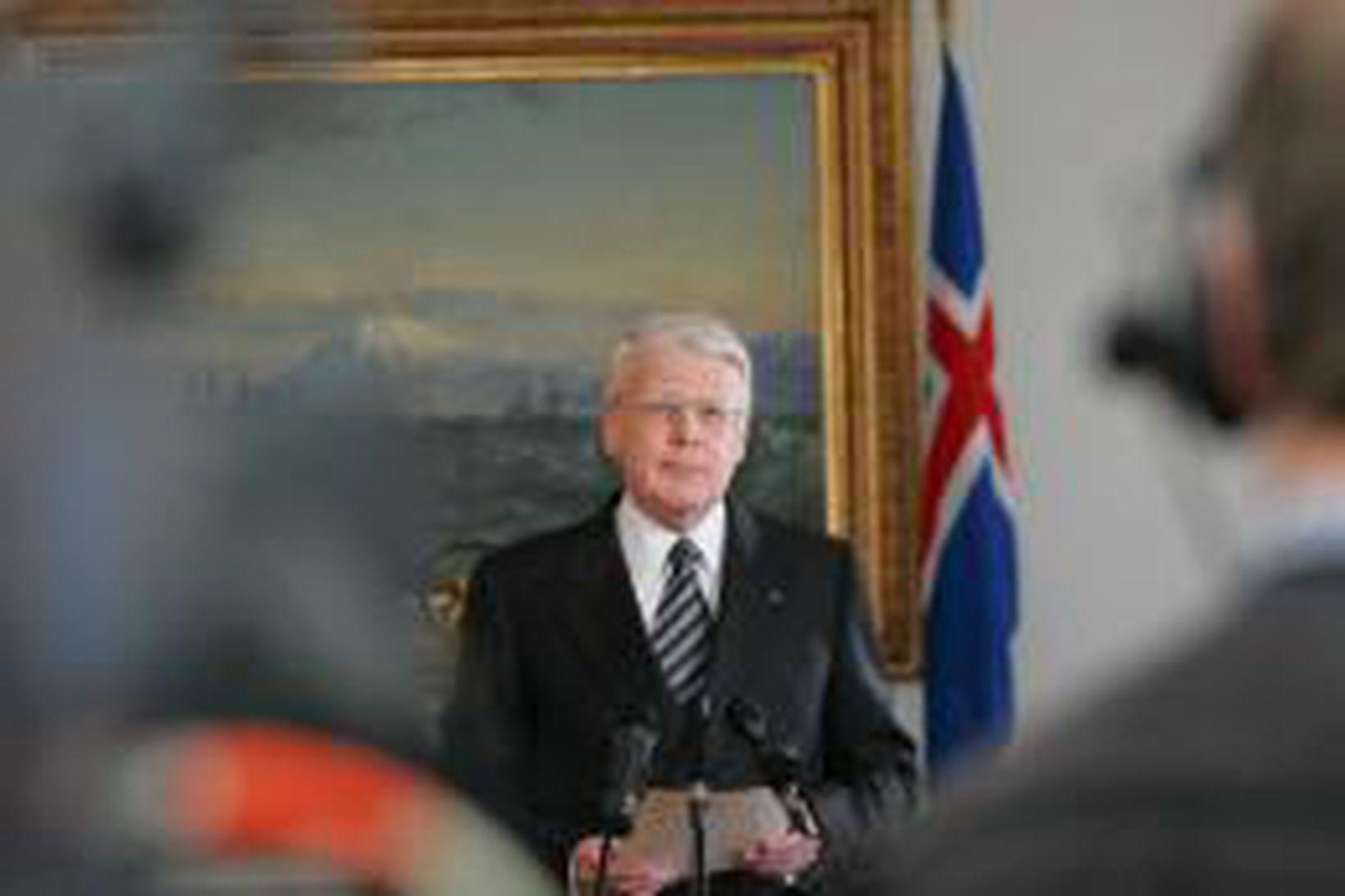 Ólafur Ragnar Grímsson les yfirlýsingu sína á Bessastöðum í dag.