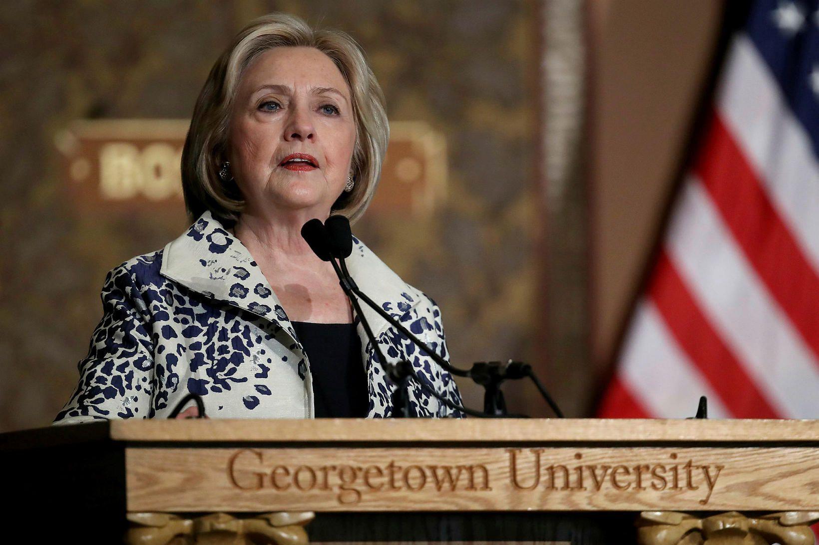 Hillary Clinton gefur út sína fyrstu skáldsögu á árinu.