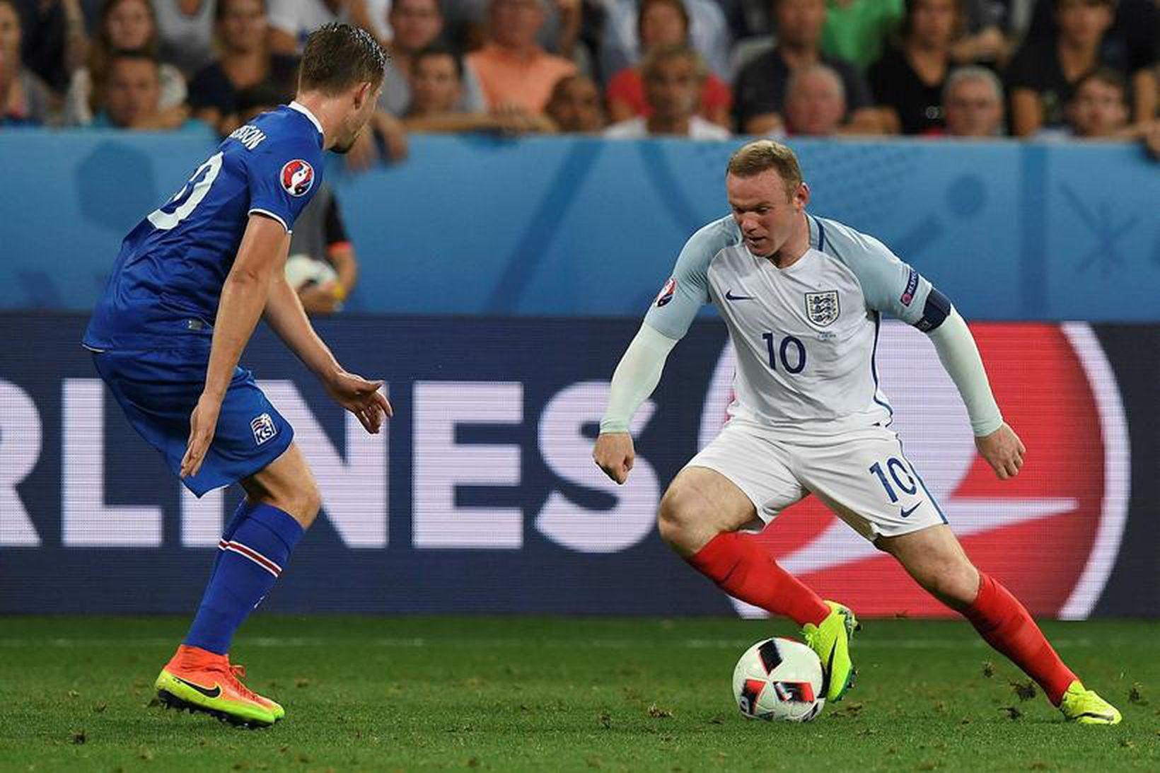 Wayne Rooney freistar þess að komast framhjá Gylfa Þór Sigurðssyni …