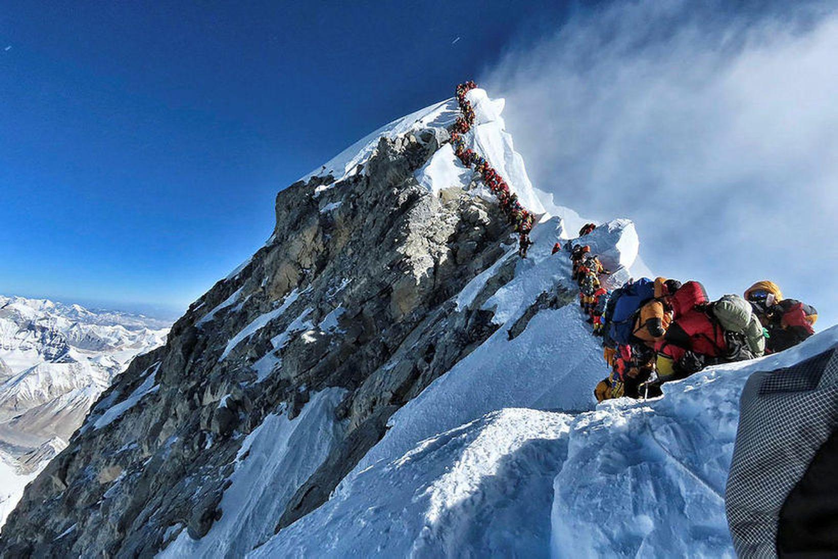Eins og sjá má var biðröðin upp á Everest löng …