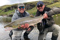 Glæsilegur lax úr Miðfirði. Mark P. og Jóhann Birgisson yfirleiðsögumaður með 95 sentímetra fisk í …