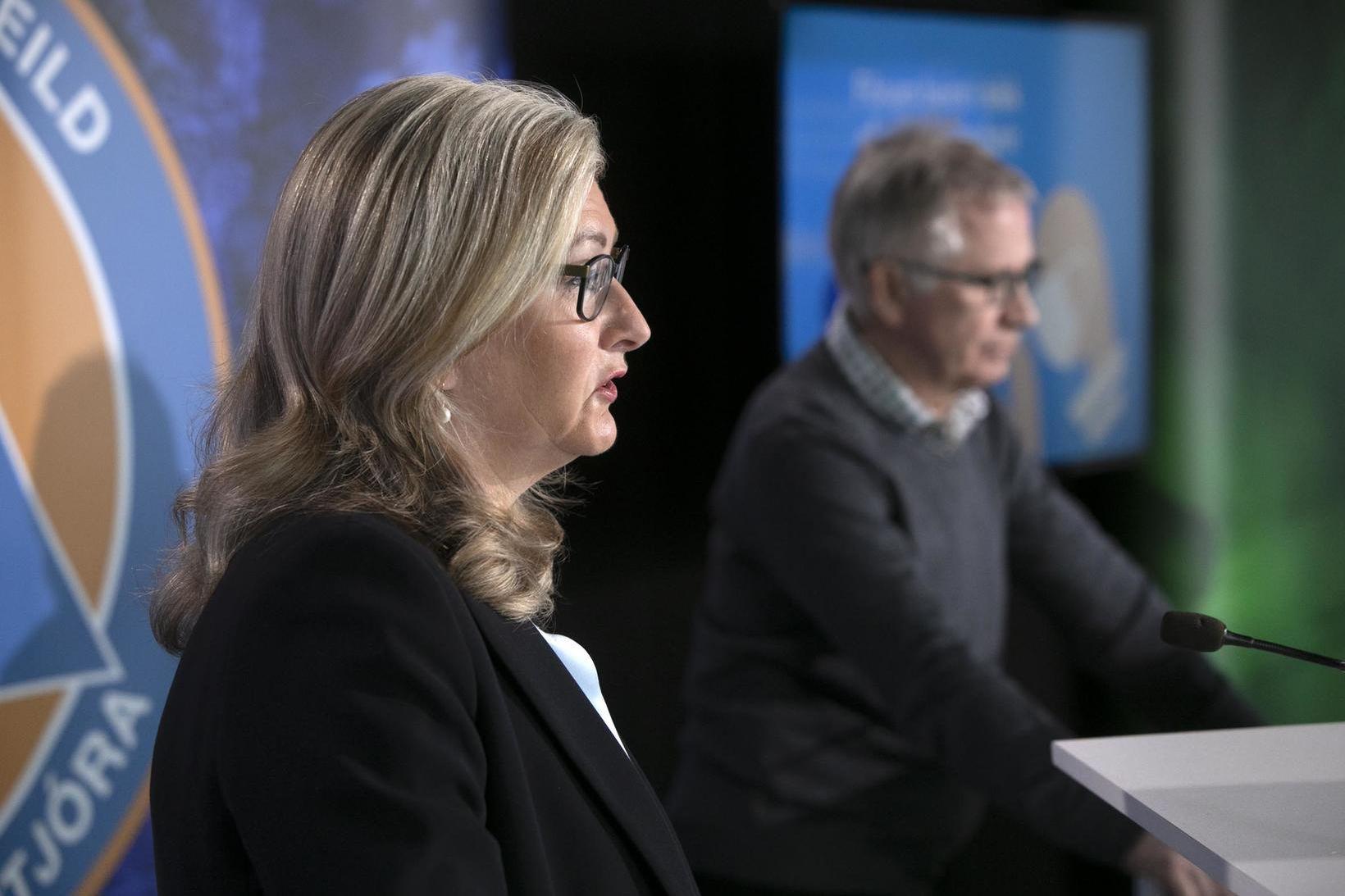 Alma Möller landlæknir og Þórólfur Guðnason sóttvarnalæknir á upplýsingarfundi dagsins.