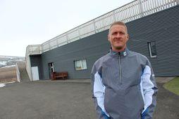 Steindór Ragnarsson, framkvæmdastjóri GA, fyrir utan æfingaaðstöðu klúbbsins, Klappir, sem senn verður tekin í notkun.