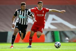 Joelinton og Ozan Kabak eigast við í leik Liverpool og Newcastle í lok apríl.