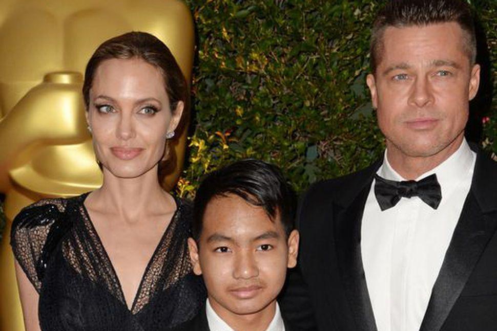 Angelina Jolie, Maddox Jolie-Pitt og Brad Pitt árið 2013 þegar ...