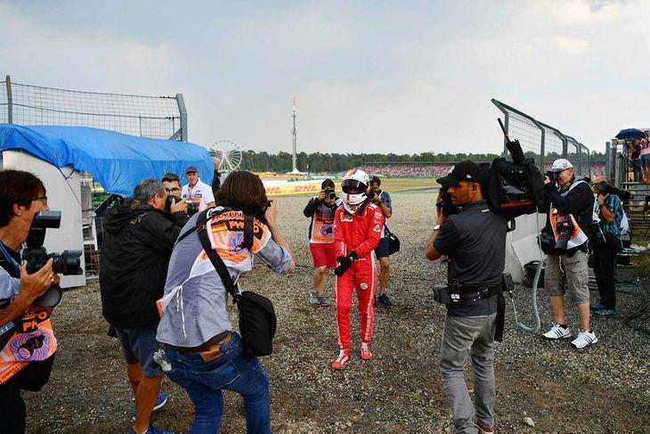 Svekktur og í skotlínu ljósmyndara gengur Sebastian Vettel af vettvangi í Hockenheim.