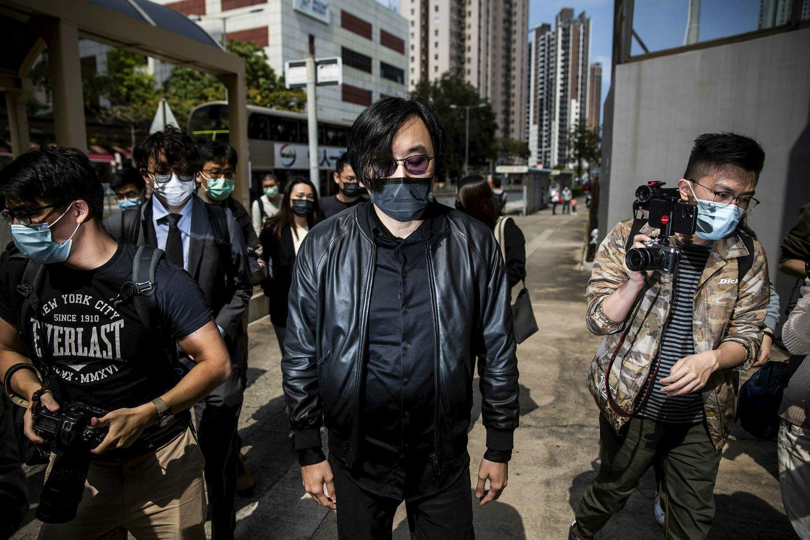 Mike Lam, einn aðgerðasinnanna, mætir á lögreglustöð í Hong Kong.
