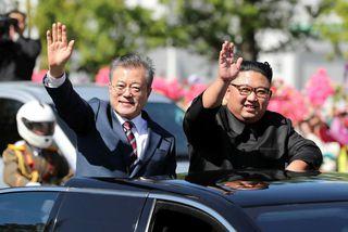 Moon Jae-in, forseti Suður-Kóreu, (t.v.) og Kim Jong-un, leiðtogi Norður-Kóreu, veifa til íbúa Pyongyang í ...