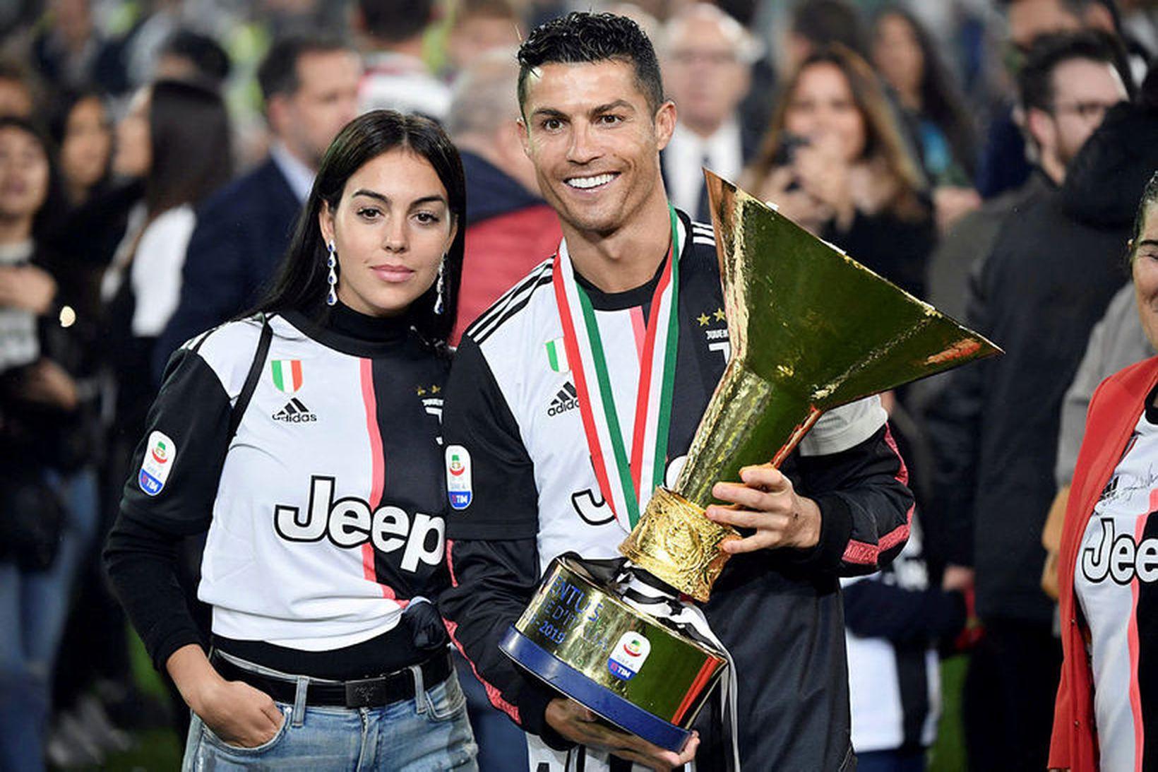 Cristiano Ronaldo ásamt unnustu sinni, Georgina, eftir að Juventus tók …
