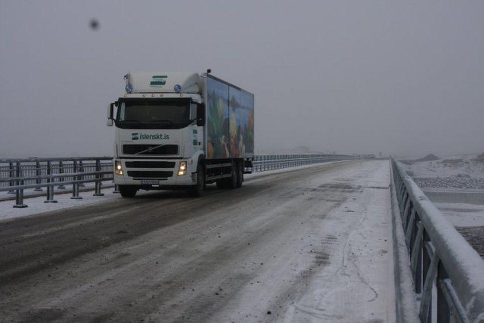 Umferð var hleypt á Hvítárbrúna við Bræðratungu í dag.