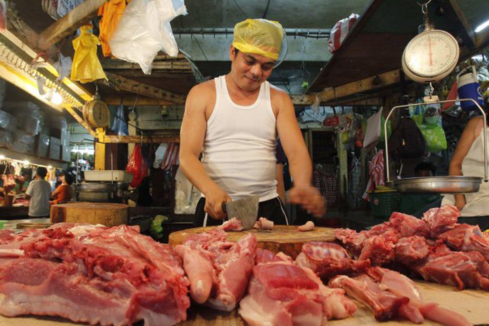 Svínakjöt á boðstólnum á blautmarkaði (e. wet market) í Manila.