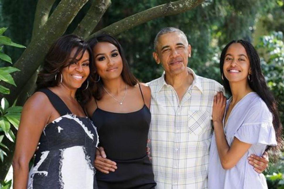 Michelle Obama birti nýja mynd af fjölskyldunni á samfélagsmiðlum.