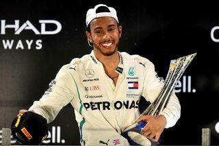 Lewis Hamilton fagnar sigri í lokamóti ársins, í Abu Dhabi.