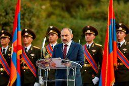 Nikol Pashinyan flytur erindi við minnigarathöfn um fallna armenska hermenn. Hann er nú harðlega gagnrýndur.