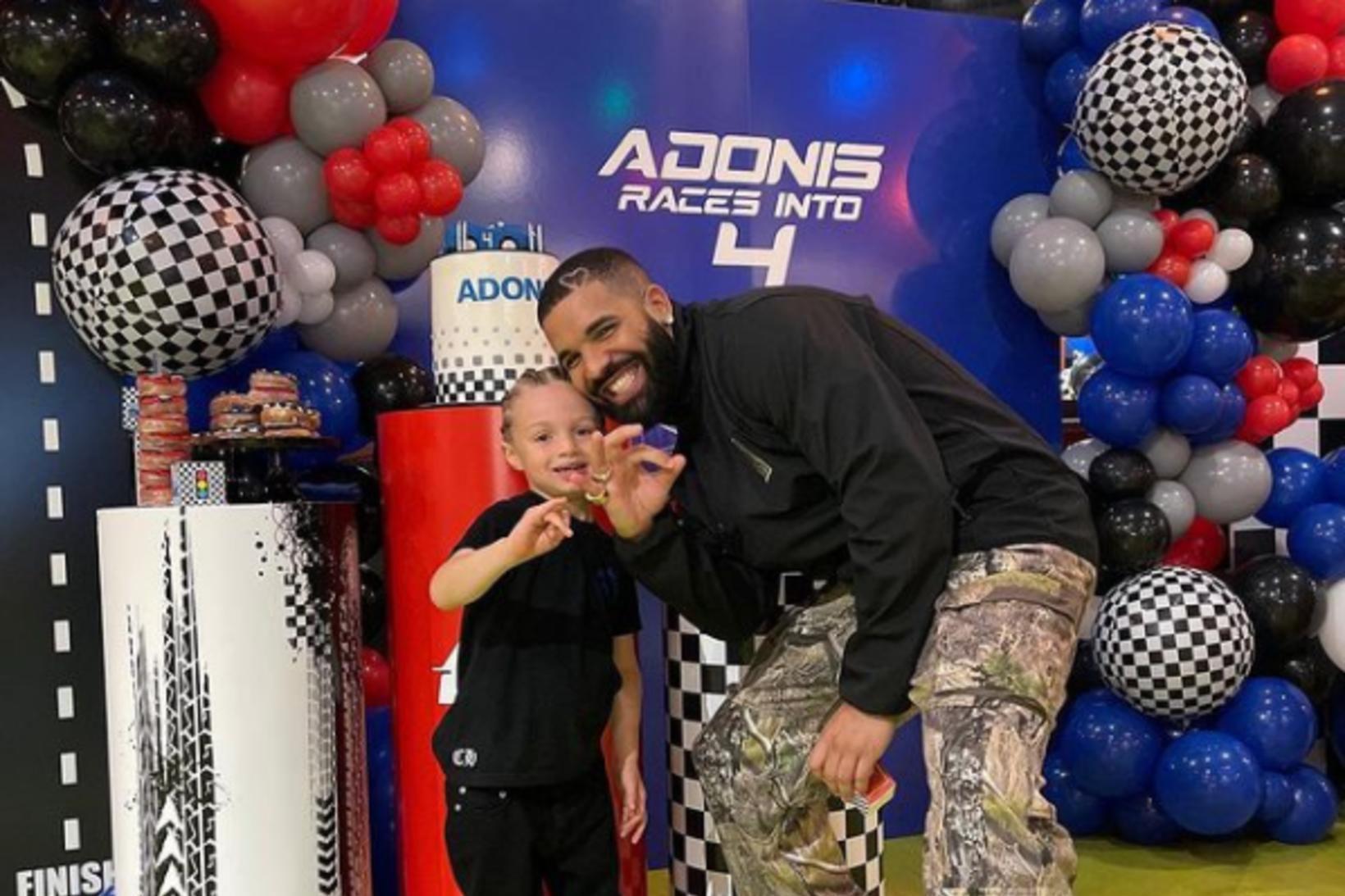 Drake með stoltinu sínu. ,,Adonis keyrir inn í fjórða árið,