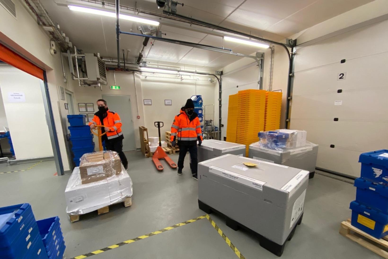 Frá flutningi Jóna Transport á bóluefni Pfizer fyrir áramót.
