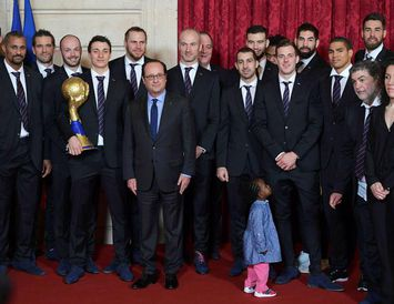 Francois Hollande, forseti Frakklands, ásamt heimsmeisturunum.