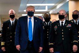 Forseti Bandaríkjanna, Donald Trump, var með grímu þegar hann heimsótti Walter Reed National Military Medical …