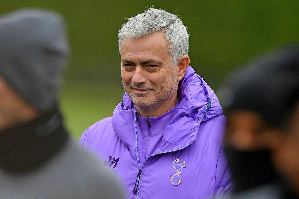 Jose Mourinho brosmildur á æfingu Tottenham-liðsins.