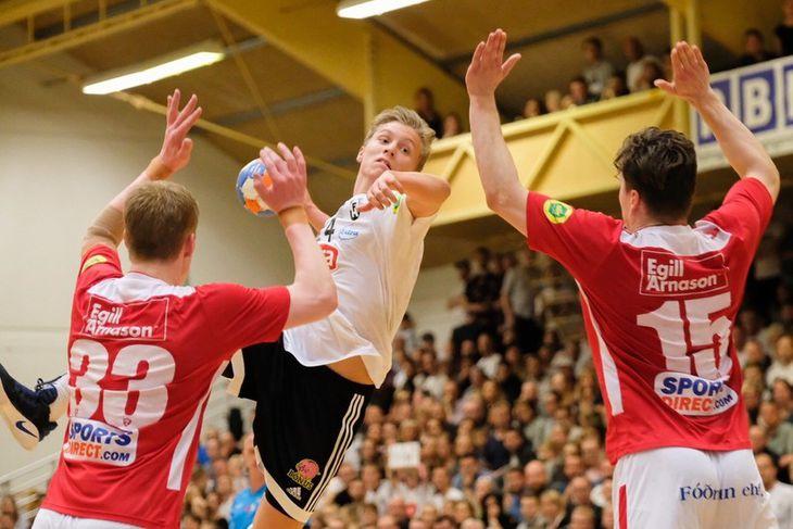 Gísli Þorgeir Kristjánsson stekkur upp gegn Ými Erni Gíslasyni og Alexander Júlíussyni.