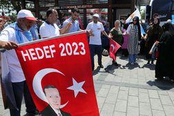 Stuðningsmenn AKP-flokks Erdogans dansa og tralla á götum Istanbúl í dag. Það er kosið á …