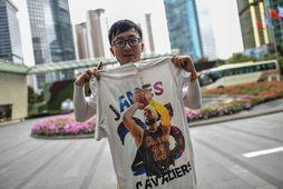 Kínverskur körfuboltamaður með bol merktan LeBron James fyrir utan hótel Los Angeles Lakers í Shanghai ...