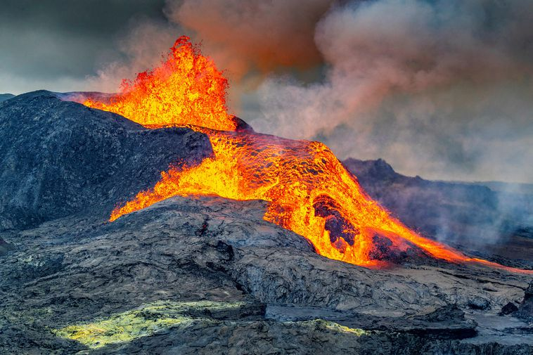This is what the eruption looked like yesterday.
