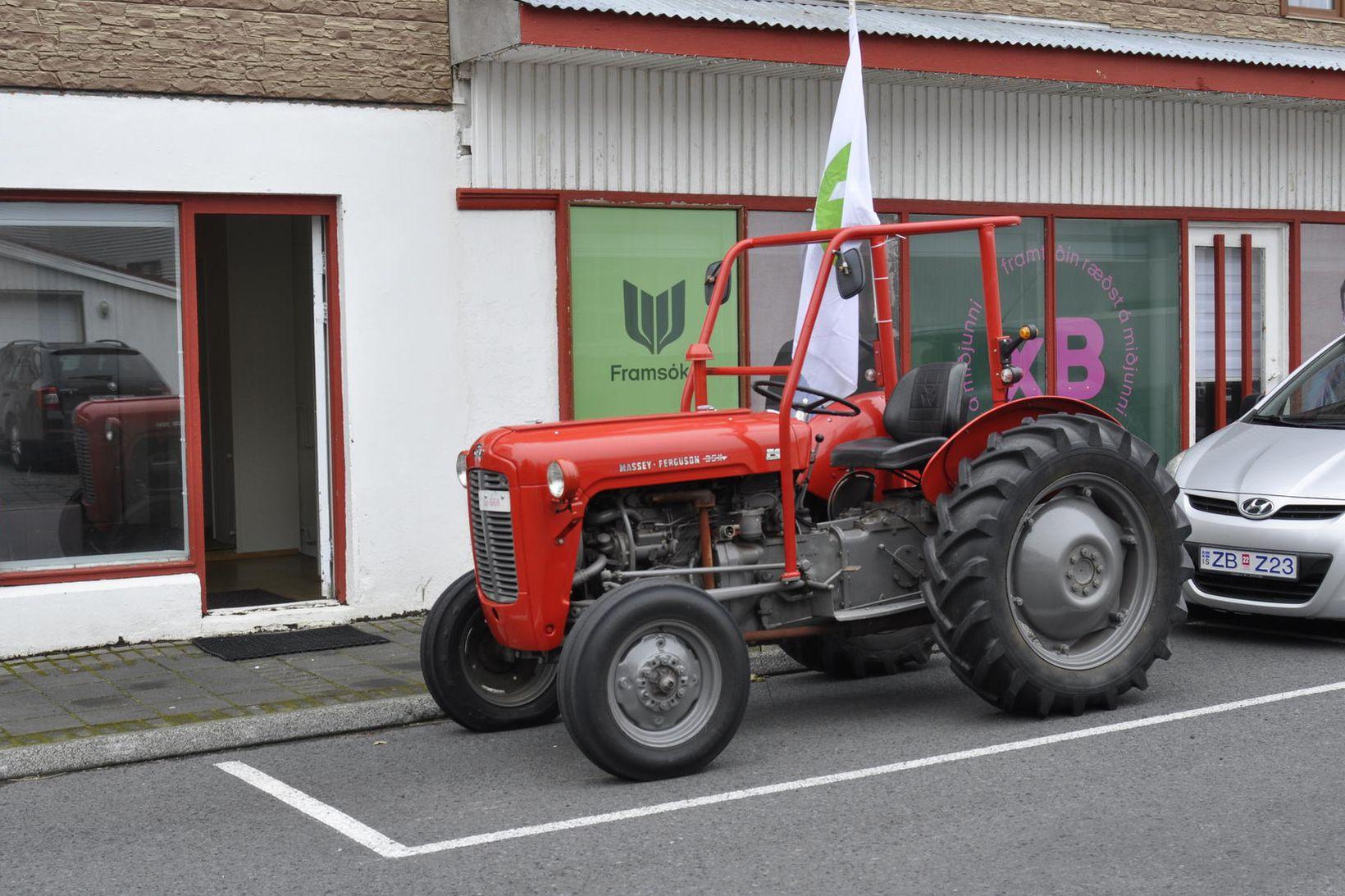Framsóknarflokkurinn stillti þessum fallega traktor upp fyrir framan kosningaskrifstofuna.