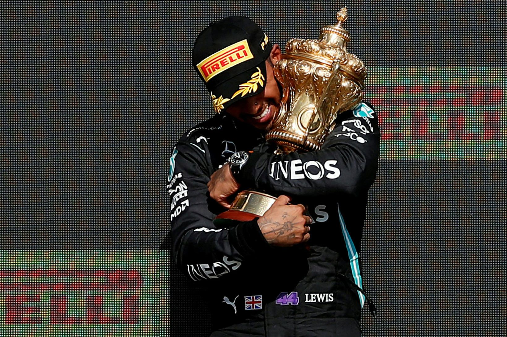 Lewis Hamilton með sigurlaun sín í Silverstone í dag.