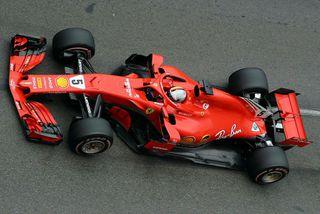 Sebastian Vettel á hinum umdeilda Ferrari í Mónakó.