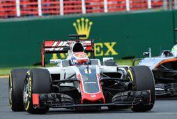 Romain Grosjean hjá Haas á ferð í Melbourne, á eftir kemur Fernando Alonso hjá McLaren.