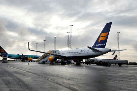 For some time, high winds prevented the passengers of 11 aircraft from disembarking yesterday.