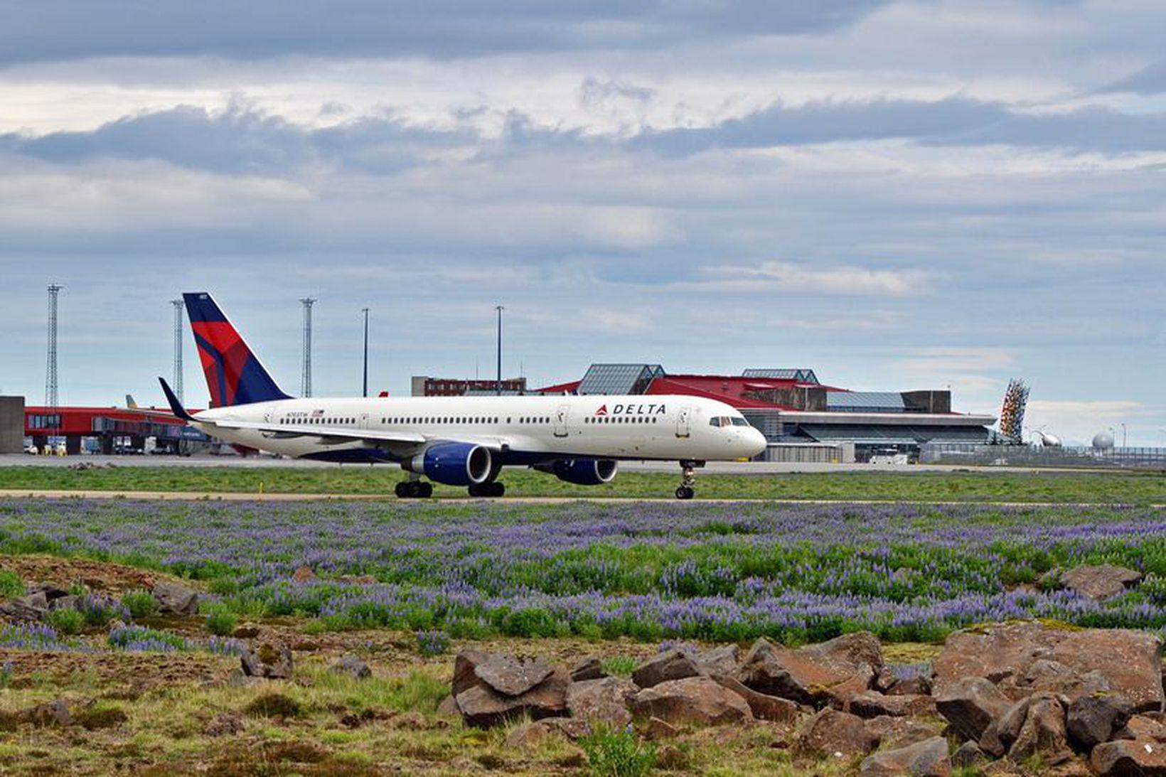Farþegaþota Delta Air Lines á Keflavíkurflugvelli. Flugfélagið mun ekki lengur …