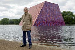 """Christo Vladimirov Javacheff, eða einfaldlega Christo, við listaverk sitt """"The Mastaba"""" í Hyde Park fyrir …"""
