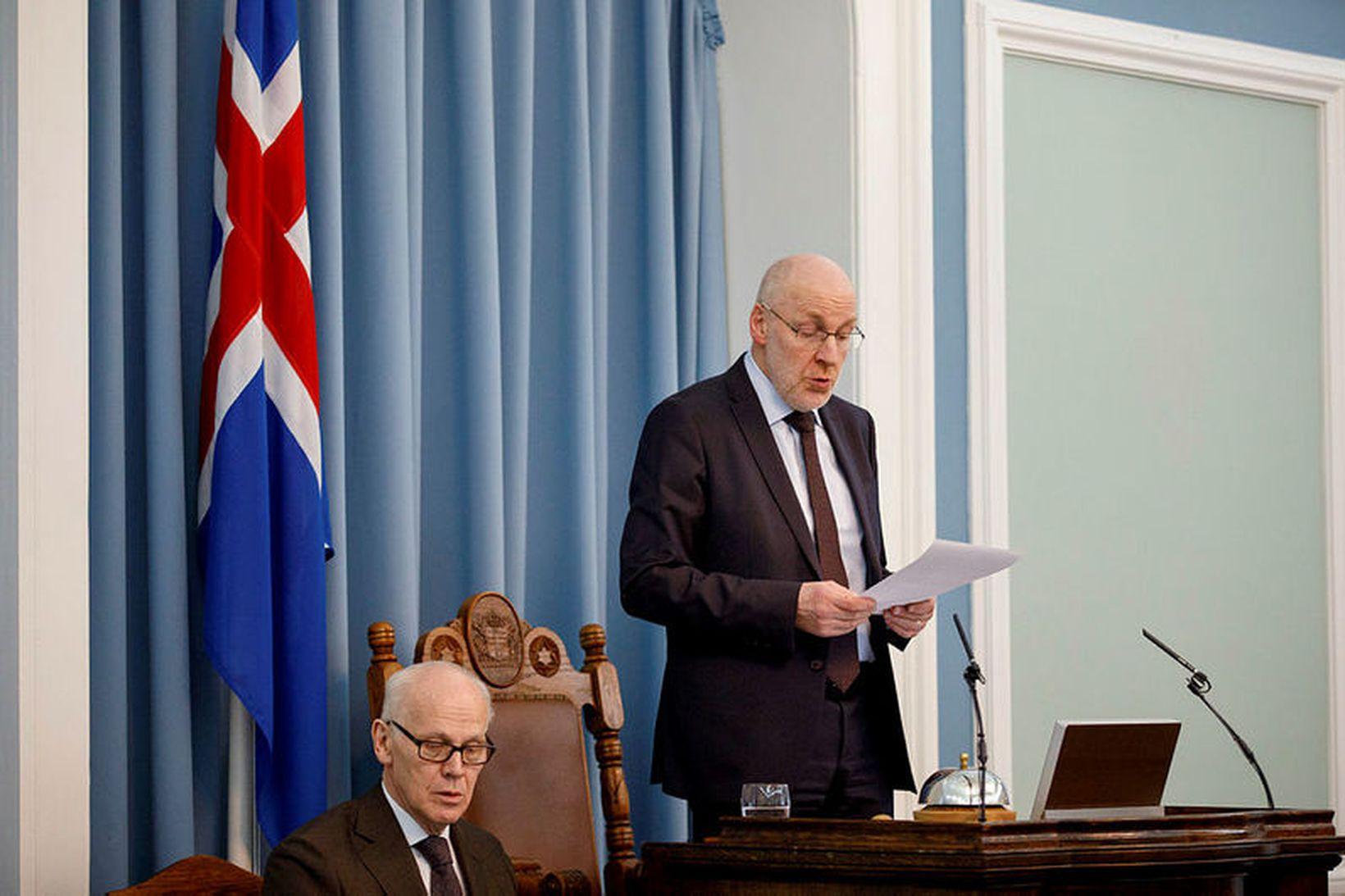 Steingrímur J. Sigfússon, forseti Alþingis, sleit þingfundi klukkan 5:42 í …