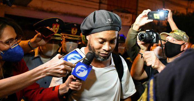 Ronaldinho var eftir sóttur á leið úr fangelsinu og á hótelið.
