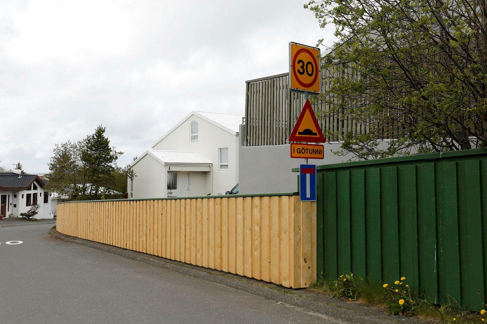 Nýtt grindverk við Fífuhjalla og Fagrahjalla er komið upp.