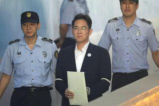 Erfingi Samsung Group, Lee Jae-yong, við komuna í réttarsalinn í morgun.