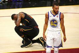 LeBron James og Steph Curry mætast í umspili um laust sæti í úrslitakeppni NBA-deildarinnar.