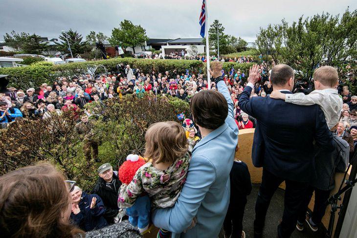 Guðna fagnað við heimili sitt