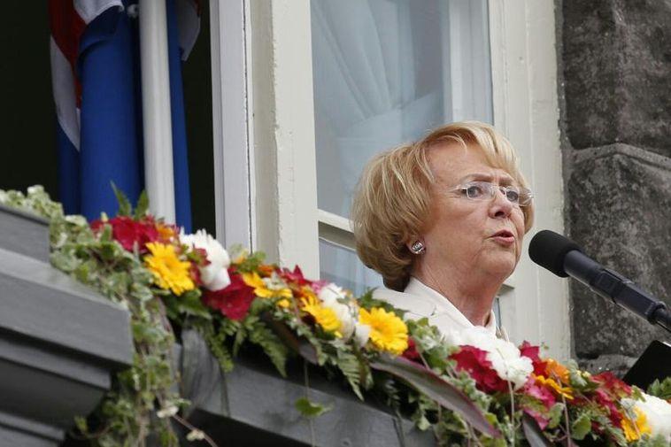 Former President, Vigdís Finnbogadóttir, addresses the crowd.