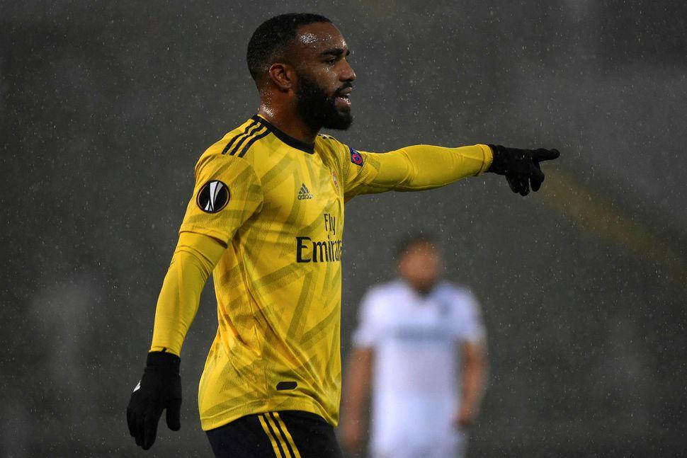 Arsenal fær það verðuga verkefni að stoppa Leicester.