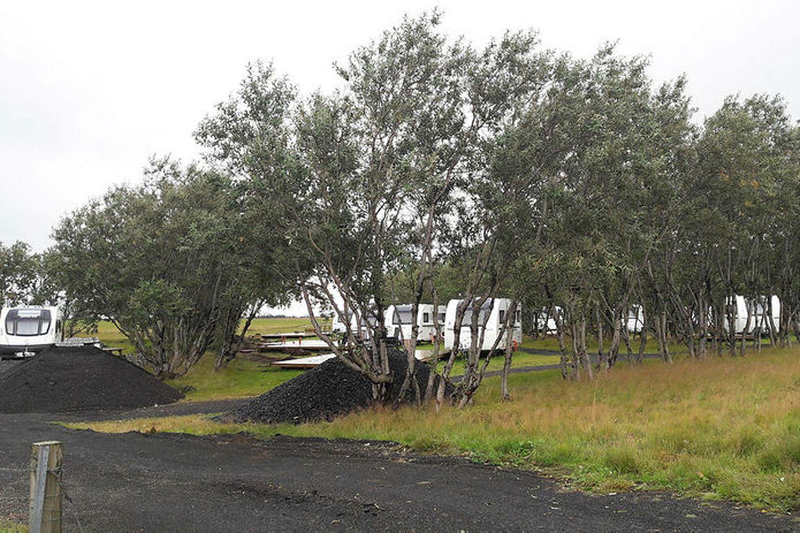 Stöðuhýsi eru komin við sameiginlega heimreið að Leyni og Stóra-Klofa …