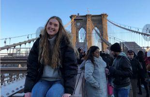 Guðrún Valdís býr á Manhattan í New York. Hér er hún við Brooklyn-brúnna sem tengir ...