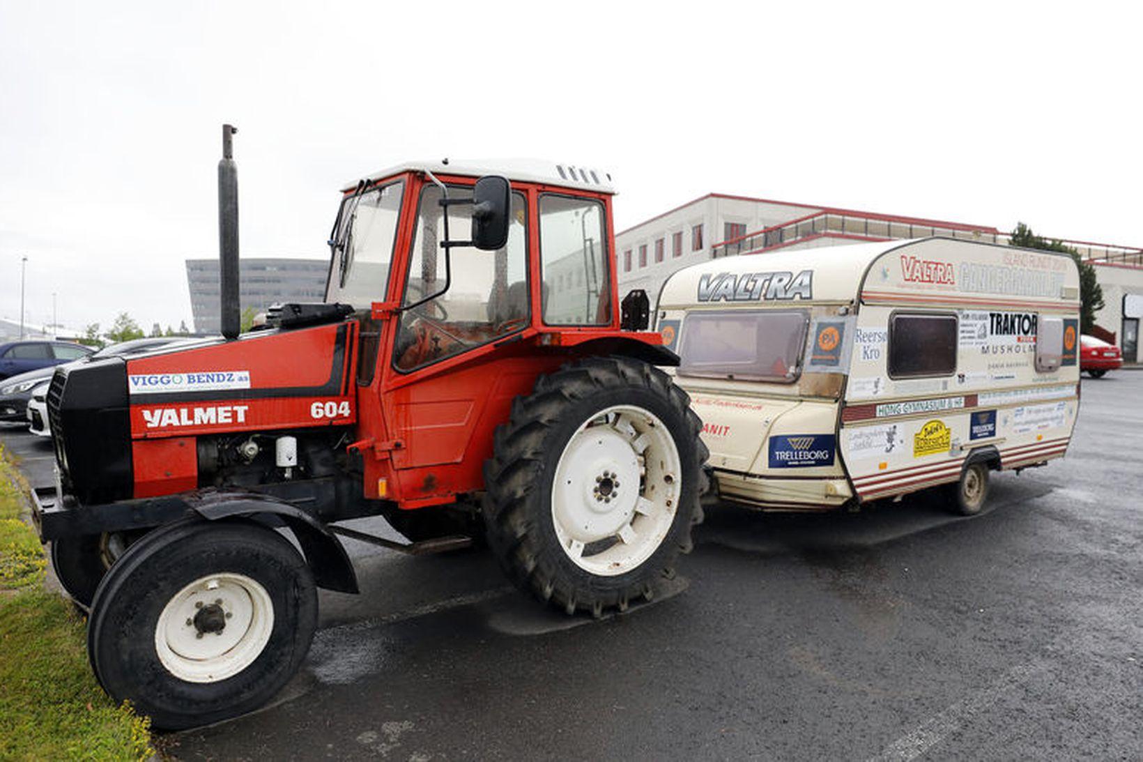 Traktorinn sem Kurt Frederiksen keyrir nú umhverfis landið á.