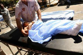 Barn er flutt á spítala eftir sprengjuárás í Aleppo.