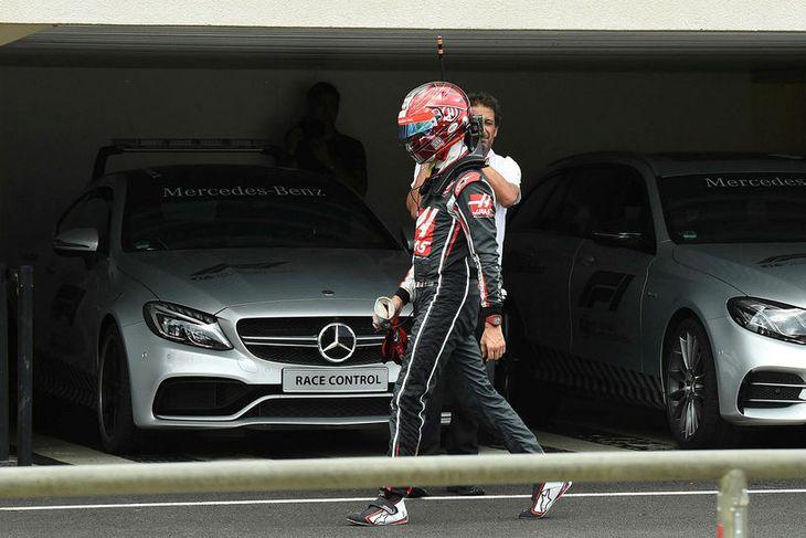 Romain Grosjean tók ekki hjálminn af sér fyrr en kominn var í bílskúr Haas eftir ...