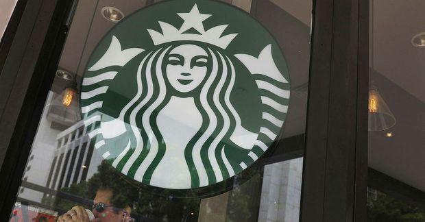 Það heimsækja margri Starbucks-kaffihús á ferðalögum sínum.