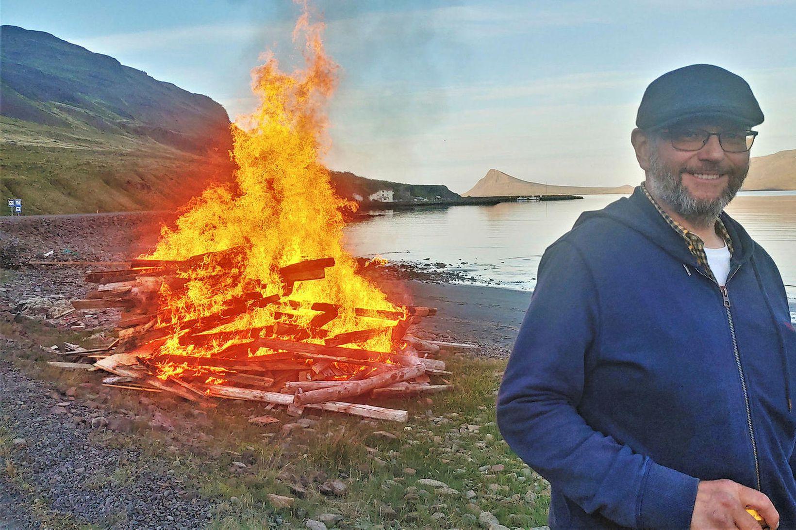 Guðlaugur í Steinstúni við varðeldinn í fjörunni í Norðurfirði.