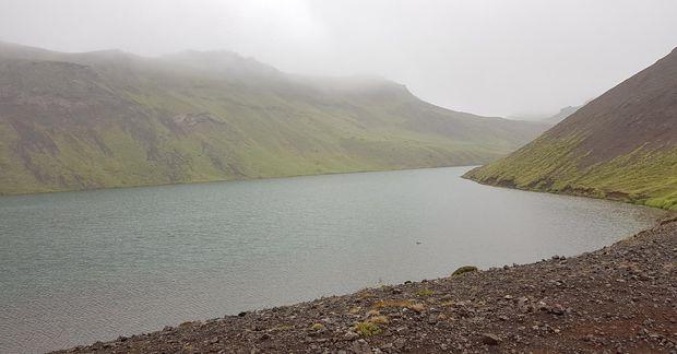 Djúpavatn við Vigdísarvallaveg. Vatnið er skammt vestan af Kleifarvatni og skammt frá upptökum stóra skjálftans.
